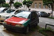 Vrak auta na parkovišti na Vinohradech – v Řipské ulici.