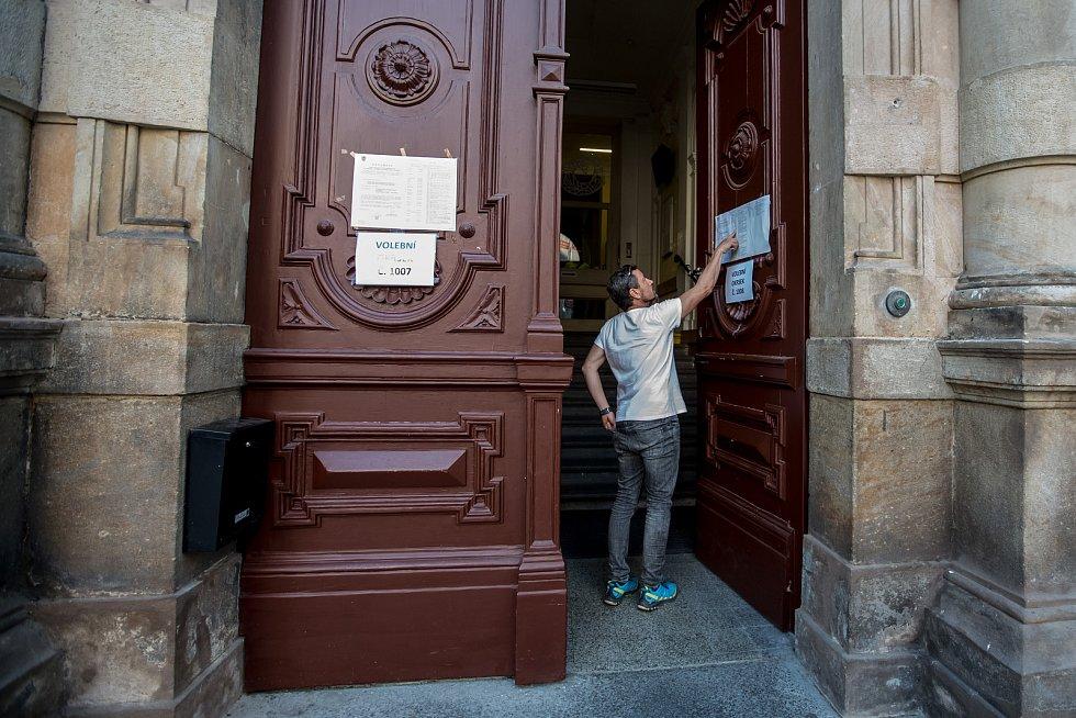 Voliči volili 5. října během prvního dne voleb do zastupitelstev obcí a senátních voleb v Praze. ZŠ na Uhelném trhu.