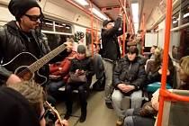 Mandrage v metru zahráli svůj nový singl Tanči dokud můžeš, který plynule stoupá žebříčkem nejhranějších českých písní.