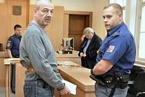 Pražský vrchní soud zmírnil trest za vraždu nevlastního syna v Petrovicích z dvanácti na deset let vězení. Devětapadesátiletý Jiří Veleba se k činu přiznal, problémového mladíka zastřelil po hádce.