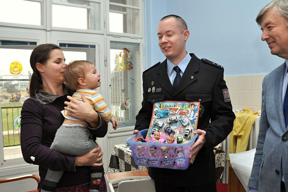 S předčasnou vánoční nadílkou navštívili lůžkové oddělení pediatrie Thomayerovy nemocnice v pražské Krči policejní těžkooděnci - příslušníci speciální pořádkové jednotky pražské policie. Sbírku na dárky pro nemocné děti pořádají mezi sebou již deset let.