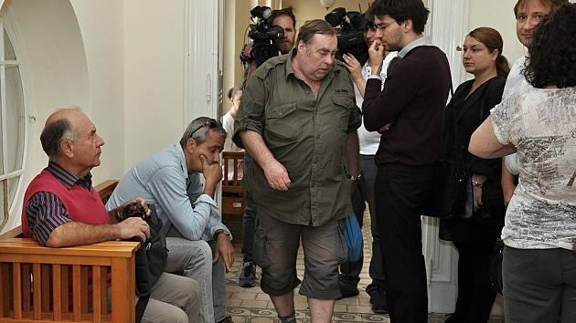 Médiím se obraní lidé (v khaki košili František Mandelíček) svěřili v červenci roku 2015 s tím, jaké problémy jim činnost bývalého advokáta Miloše Vlasáka přinesla.