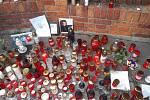 Před vilou zesnulého zpěváka Karla Gotta na pražské Bertramce znovu hořely 3. listopadu 2019 desítky svíček.
