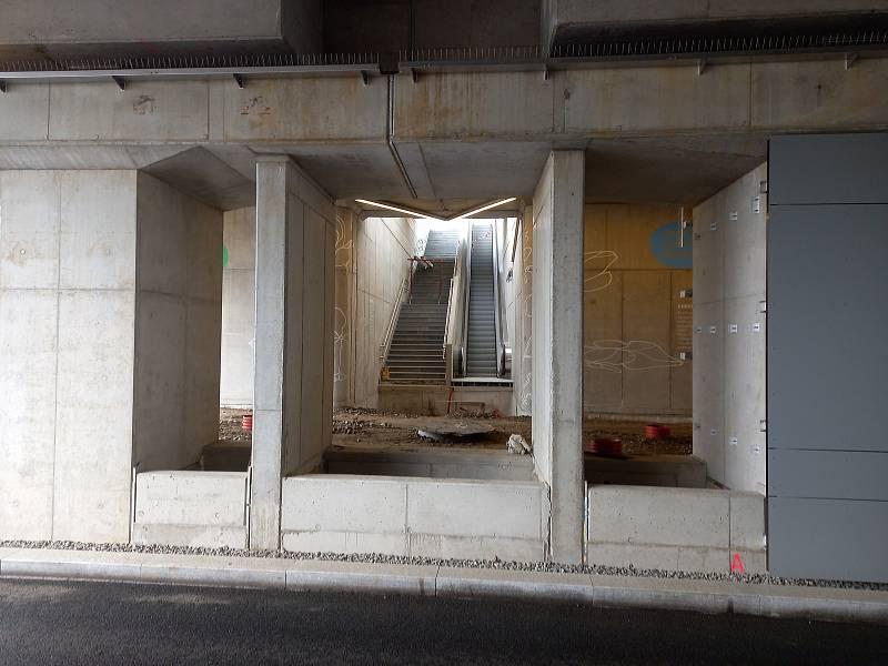 Druhý přístup z ulice na nástupiště se teprve staví.