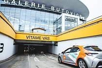 V Praze startuje parkování sdílených aut v obchodních centrech zdarma.