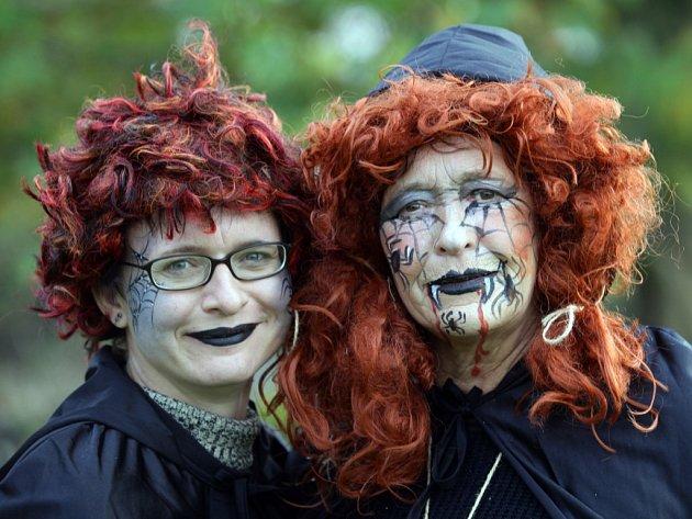 VYŘEZANÉ DÝNĚ, symbol lidového svátku Halloween, u nás sice v posledním říjnovém dni zdaleka není vidět tak často jako v anglosaských zemích, kde má tento svátek tradici od 19. století.  Slavilo se v Botanické zahradě.