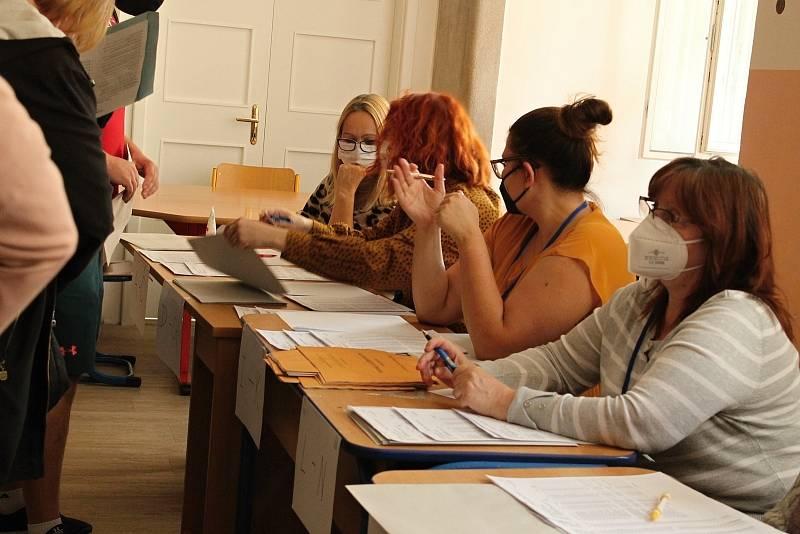 Volební místnosti ve školách v Praze 6, pátek 8. října.