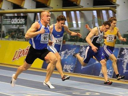 RYCHLÍK. Rekord mistrovství ČR v hale padl po dlouhých dvanácti letech. Postaral se o to právě Libor Žilka (první zleva).