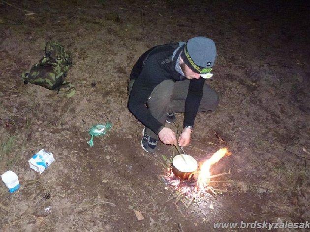 Dvacítka dvou až čtyřčlenných týmů se v pozdních večerních hodinách vydala po pětiminutových intervalech lesní cestou z obce Halouny do Mníšku pod Brdy.