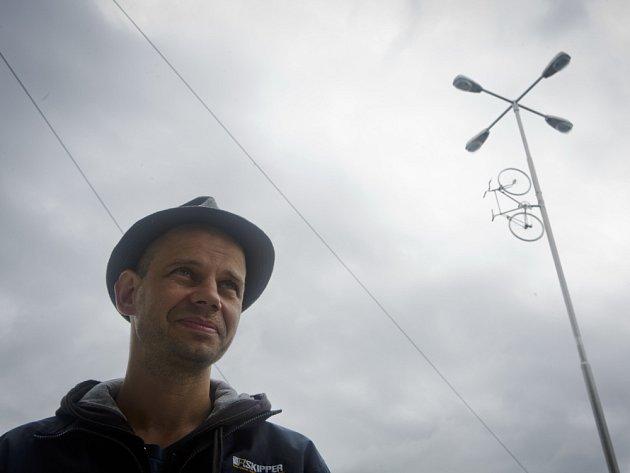 Odhalení pomníku Bike to Heaven, který vznikl na památku Jana Bouchala a dalších cyklistů, kteří tragicky zemřeli v pražských ulicích, představil 9. září novinářům autor pomníku Krištof Kintera.