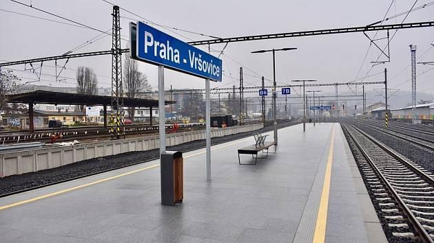 Nové nástupiště na vlakovém nádraží Praha-Vršovice.