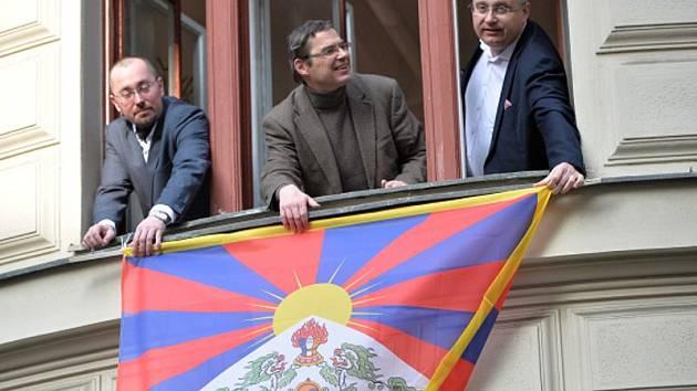 Zastupitelé hlavního města Prahy za TOP 09 (zleva) Albert Kubišta, Václav Novotný a Jiří Nouza vyvěsili ve čtvrtek 10. března 2016 z okna svého klubu na pražském magistrátu vlajku Tibetu jako symbolické připomenutí protičínského povstání v roce 1959.