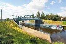 VLAK A POD NÍM LOĎ. Hned tři z pěti nový plánovaných mostů budou zdvihací. Na snímku vizualizace železničního a lodního křížení na mostě ve Vraňanech.