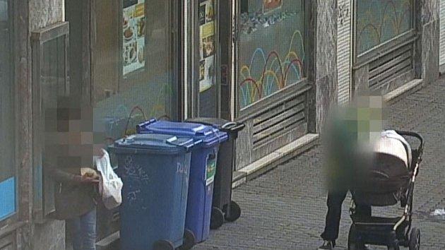 Opilá matka s kočárkem v Praze