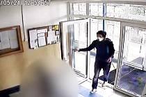 Policie hledá mladého muže, který měl ve výtahu osahávat jedenáctiletou dívku.