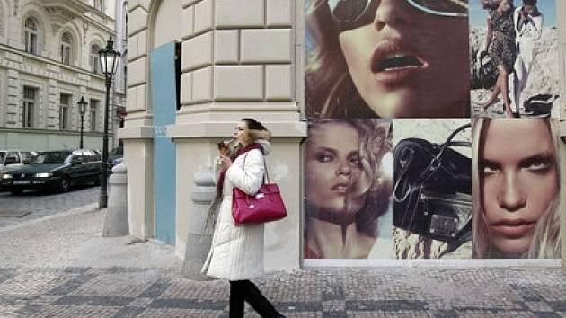 Luxus se zabydlel i v Praze. Majetnější zákazníci chodí nakupovat do módních butiků v Pařížšké ulici. Ostatní se sem přijdou občas jen projít a podívat do výloh.