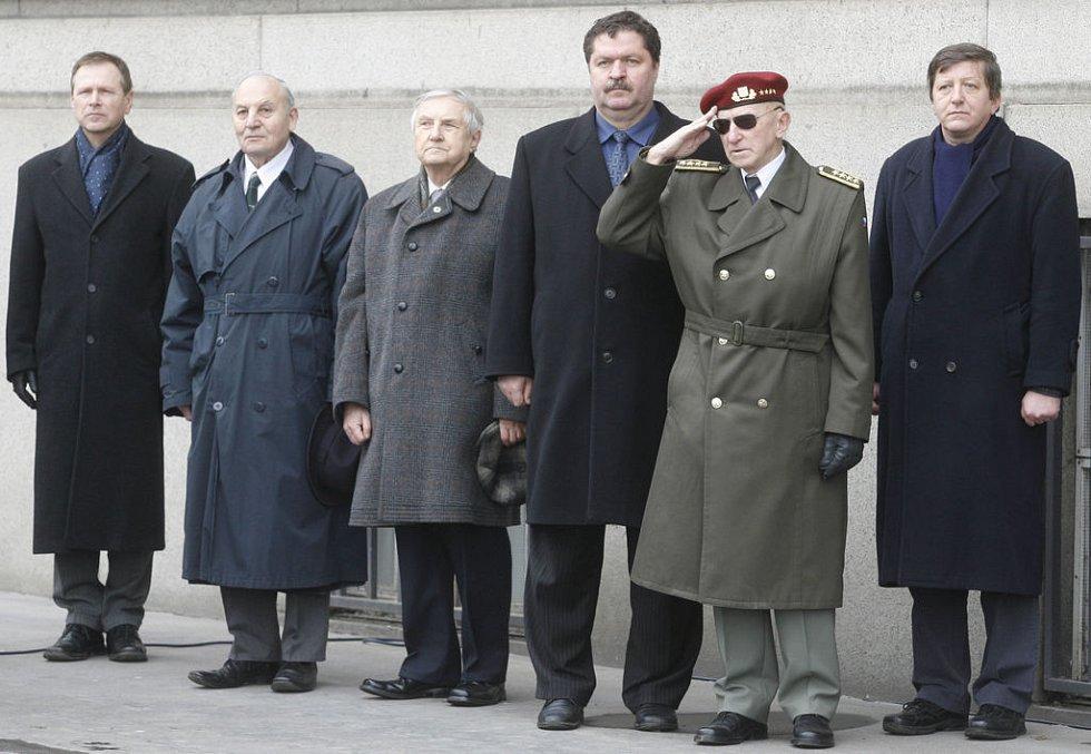 Pietního aktu se zúčastnil také čestný předseda Československé obce legionářské arm. gen. Tomáš Sedláček (na snímku druhý zprava).