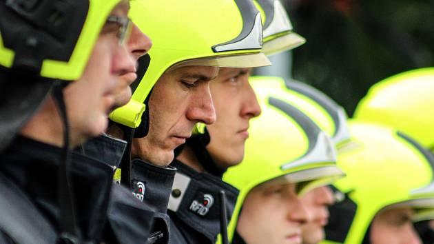 Hasiči po celé zemi uctili zesnulé kolegy, kteří zemřeli při výbuchu v rodinném domě v Koryčanech na Kroměřížsku. Piety se zúčastnili také hasiči z Hasičské stanice č. 4 - Chodov.