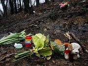 Lidé k místu v pražské Troji, kde kriminalisté našli zahrabané tělo devítileté Aničky, nosí květiny, svíčky a dárky.