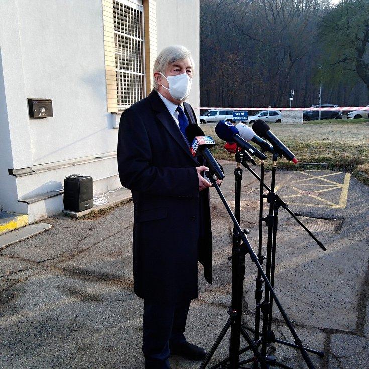 Ředitel Fakultní Thomayerovy nemocnice Zdeněk Beneš představuje lék bamlanivimab, který pomáhá pouze v počátcích nemoci covid-19.