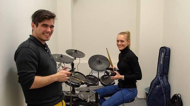 Nemáte kde hrát? V Praze otevřela první sdílená hudební zkušebna