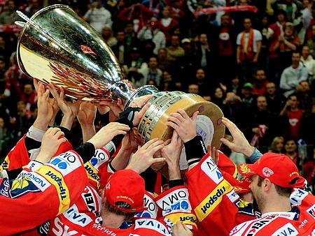 JAKÝ JE TO POCIT? Na to se můžete zeptat hokejistů vítězné Slavie při dnešní autogramiádě.