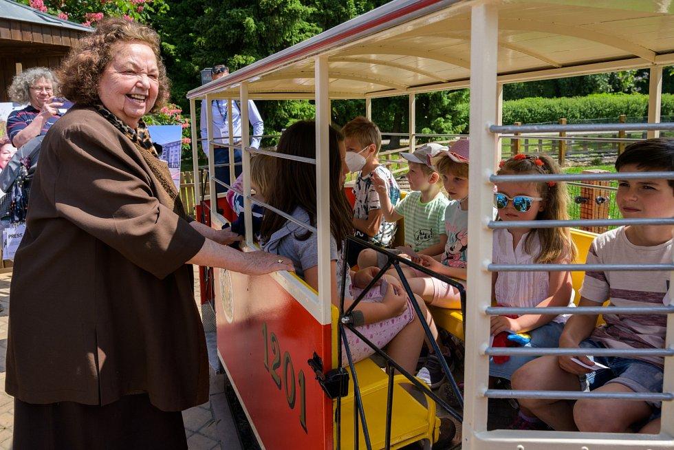 Tramvajka dnes opět vyrazila na cestu. Na první jízdu ji vypravila paní Jaroslava Paldusová.