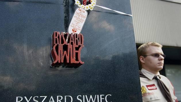 Před budovou Ústavu pro studium totalitních režimů v Praze se uskutečnilo slavnostní odhalení obelisku věnovaného památce Ryszarda Siwiece, který se v září roku 1968 na protest proti okupaci Československa veřejně upálil.