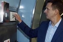 Generální ředitel Dopravního podniku Martin Dvořák před novináři demonstrativně rozbil sklíčko nejprve mincí, mobilním telefonem a klíčem.