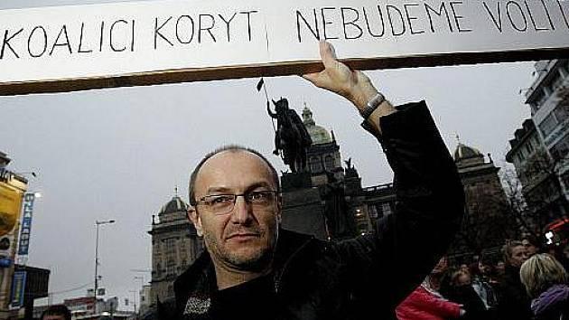 Na dva tisíce lidí protestovalo 17. listopadu na pražském Václavském náměstí proti nově vytvořené koalici ODS a ČSSD na magistrátu.