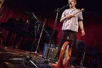 Písničkář Jiří Konvrzek ovládl na Festivalu osamělých písničkářů širokou paletu alternativních hudebních nástrojů. Nebylo výjimkou, aby v jedné písničce zpíval, brnkal, bubnoval a hrál na foukací harmoniku.