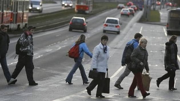 Podle šéfa pražských dopravních policistů Pavla Švrčuly by neukáznění chodci měli dostávat body jako řidiči.