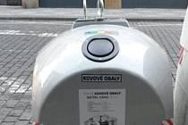 TŘÍDĚNÍ ODPADU. Šedé kontejnery na plechovky a kovové obaly přibývají v Praze.