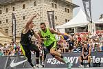 ATRAKTIVNÍ DESTINACE. Basketbal 3x3 patří do ulic. Jen vyměnil periferii za luxusní čtvrti. Prague Masters se uskutečnily na Hradčanském náměstí a na zájem diváků si nemohly stěžovat.