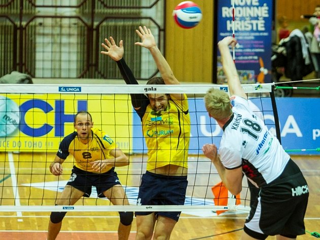 VOLEJBALISTÉ ČZU Praha (ve žlutém) prohráli v Českých Budějovicích 2:3.