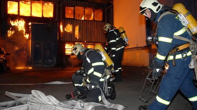 Hasiči v noci na úterý 30. prosince likvidovali požár haly v Praze-Michli.