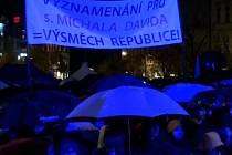 Tisíce lidí se večer 28. října sešly na pražském Václavském náměstí na akci Oslava 100 let republiky s projevy osobností a hudbou.