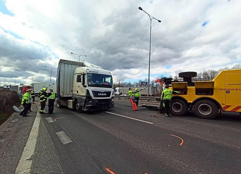 Nehoda kamionů zastavila provoz na Jižní spojce.