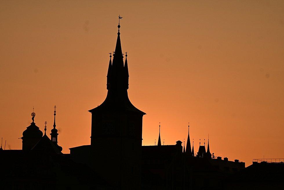 Noční Praha a východ slunce