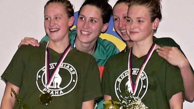 VÍTĚZKY. Členky nejlepší štafety na 4x100 metrů polohový závod, bohemačky Martínková, Hromádková, Řehořková a Tučková (zleva).