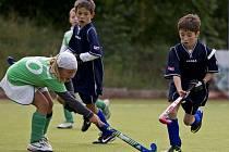 Děti pozemní hokej očividně baví.