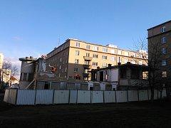 Bývalá prádelna v pražských Dejvicích je nyní ve stavu, kdy tam probíhají bourací práce. Ještě letos by měla být uvedena do téměř původního stavu.