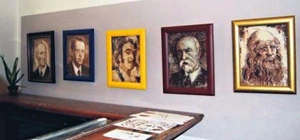 Portréty známých osobností, například Václava Havla či Baracka Obamy, namaloval umělec Vladomír Čech.