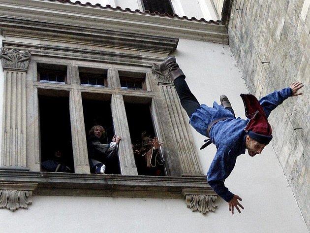 Rekonstrukce první pražské defenestrace z roku 1419.