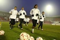 MAJÍ CO VRACET. Dnes se utká Slavia Praha ve svém prvním ostrém jarním zápase s týmem londýnských Kohoutů.