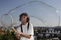 Václav Strasser předvedl v pražských Letenských sadech své umění s mýdlovými bublinami v rámci festivalu Letní Letná.