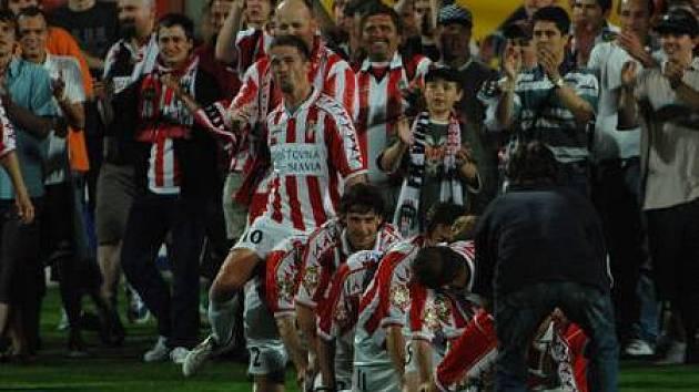 RADOST S FANOUŠKY. Fotbalisté Viktorie Žižkov si zajistili tři kola před koncem druhé ligy postup.