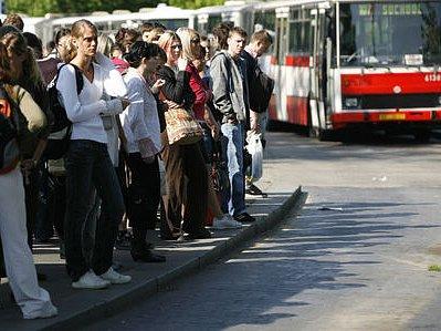 OD PONDĚLÍ JINAK. Dopravní podnik posiluje páteřní autobusové linky, noční autobusy mají o padesát zastávek více./Ilustrační foto