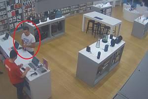 Podezřelý muž v prodejně.