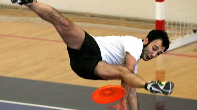 Náročné triky s létajícím talířem předváděli o víkendu závodníci na Freestyle Frisbeer Cupu 2012. Ač to bylo české mistrovství, přijeli i soutěžící ze zahraničí.